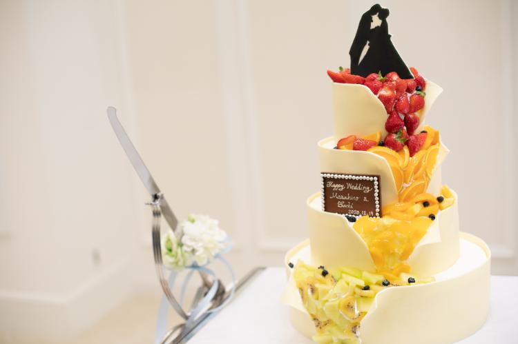 フルーツをたっぷり使用したウェディングケーキ